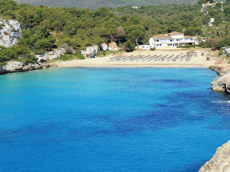 Cala埃斯塔尼d `与美妙的绿松石海, Cala Romantica,波尔图克里斯多,马略卡的en Mas美丽的海湾的风景  库存照片