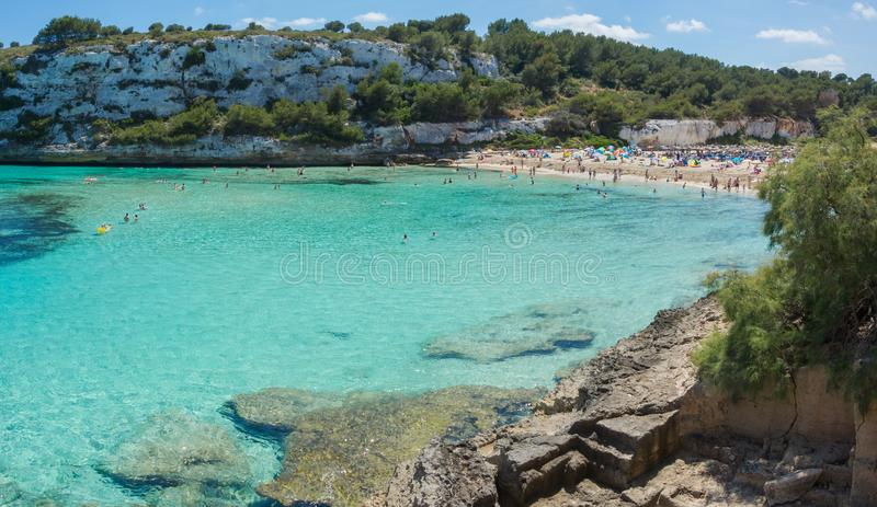 Cala埃斯塔尼d `与美妙的绿松石海, Cala Romantica,波尔图克里斯多,马略卡的en Mas美丽的海湾的风景  免版税库存照片