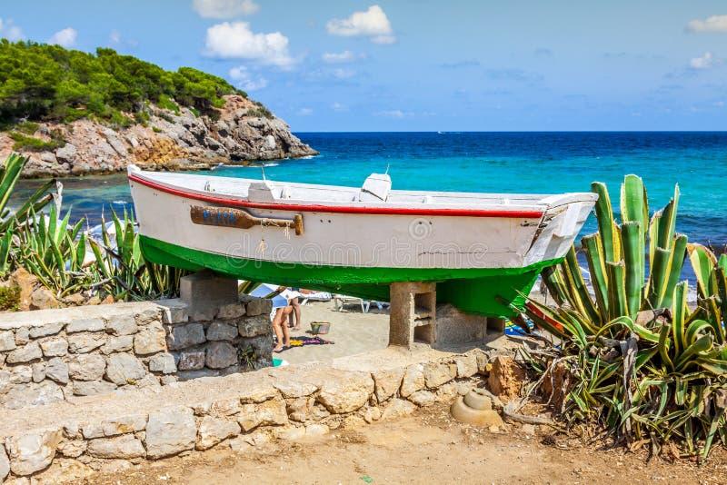 Cala新星海滩在拜雷阿尔斯地中海的伊维萨岛海岛 库存照片