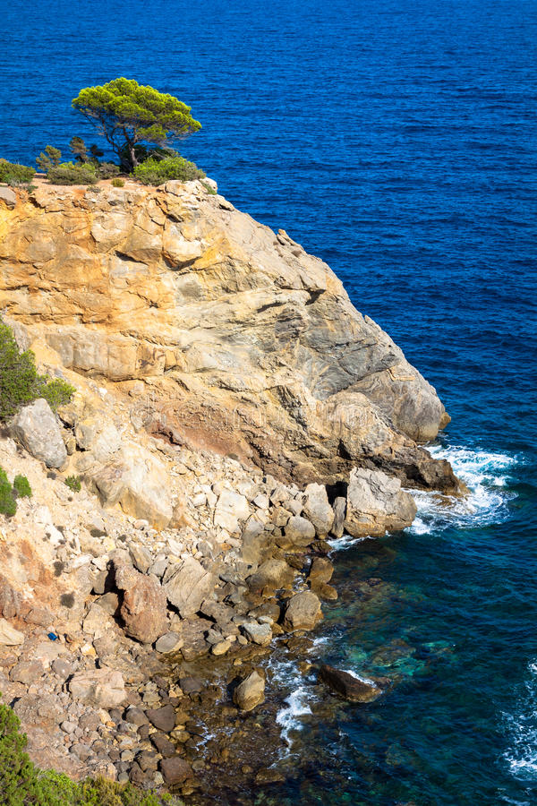 Cala新星海滩在拜雷阿尔斯地中海的伊维萨岛海岛 免版税库存照片