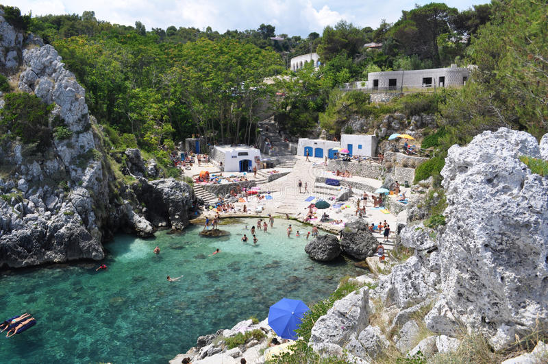 Cala Acquaviva ακτή και παραλία στοκ φωτογραφία με δικαίωμα ελεύθερης χρήσης