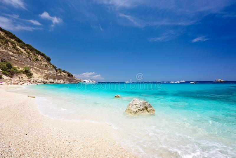 Cala Biriola на ясный летний день Сардиния, Италия стоковая фотография