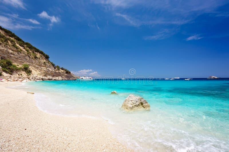 Cala Biriola op een duidelijke de zomerdag Sardinige, Itali? stock fotografie
