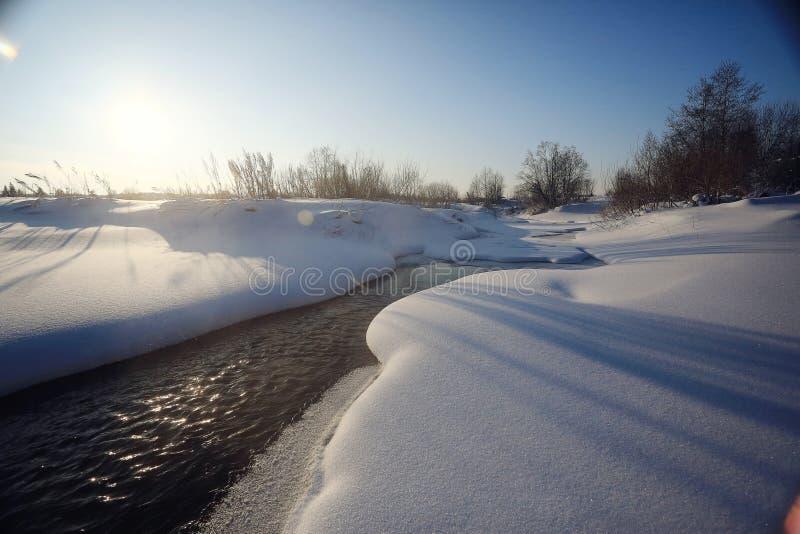 Cala con nieve y agua helada imagen de archivo libre de regalías