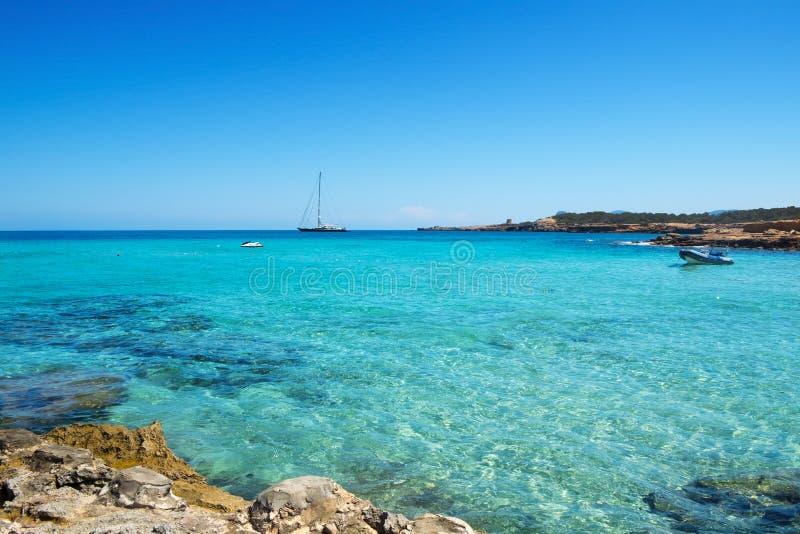 Cala Conta strand i San Antonio, Ibiza ö, Spanien royaltyfri bild