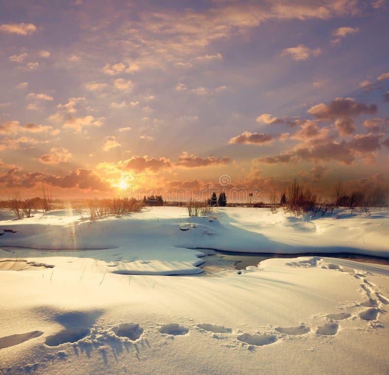 Cala de marzo con nieve y agua helada foto de archivo