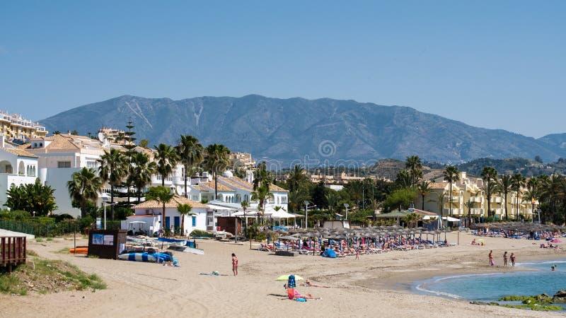 CALA DE MIJAS, ANDALUCIA/SPAIN - 27 DE MAIO: Vista ao longo da praia a fotos de stock