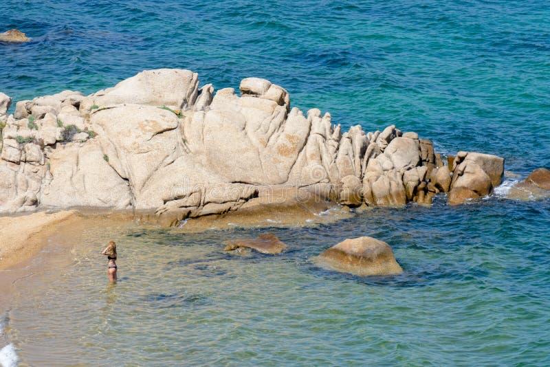 CALA DEI GINEPRI, SARDINIA/ITALY - 18-ОЕ МАЯ: Дама в море Cala стоковая фотография