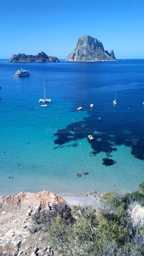 Cala Dhort strand Ibiza med Es Vedra arkivbild