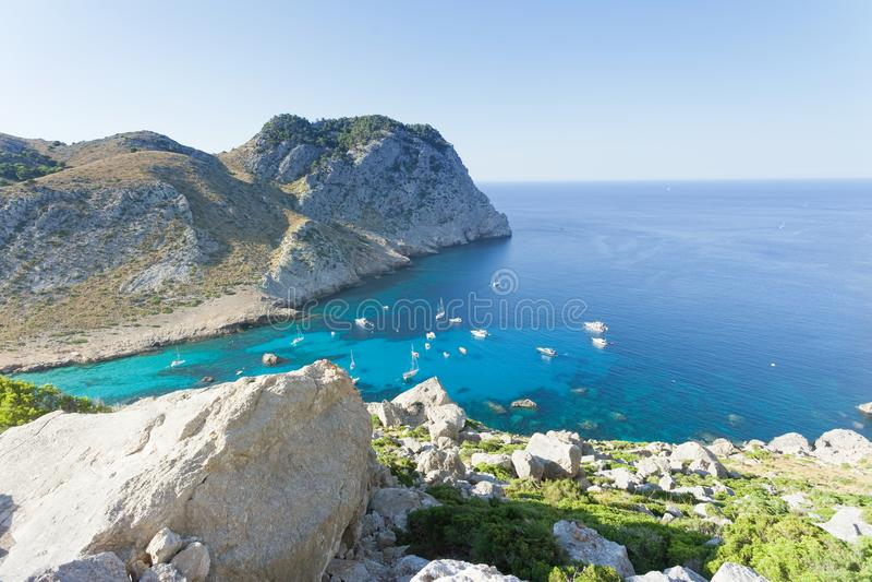 Cala Figuera de Formentor, Mallorca - bella vista da un rivaleggiare fotografie stock libere da diritti