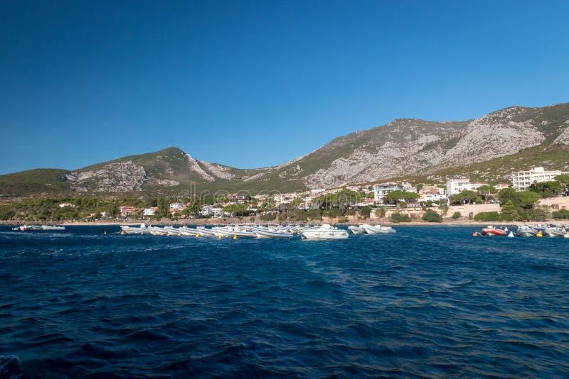 Cala Gonone och många uthyrnings- fartyg royaltyfri foto