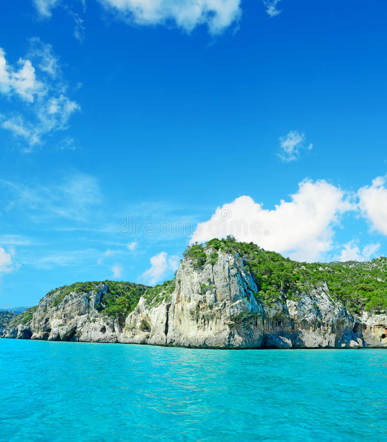 Download Cala Gonone Oever Op Een Bewolkte Dag Stock Afbeelding - Afbeelding bestaande uit zeegezicht, rotsachtig: 54077327