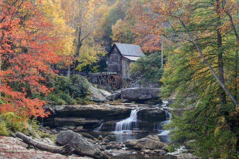 Cala Gristmill del claro en otoño fotos de archivo libres de regalías