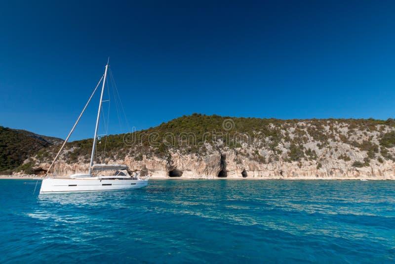 Cala Luna παραλία και πλέοντας βάρκα από την παραλία στοκ φωτογραφίες με δικαίωμα ελεύθερης χρήσης