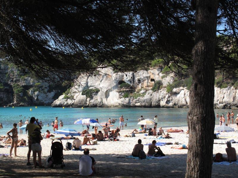 Cala Macarella海滩的游人 免版税库存图片