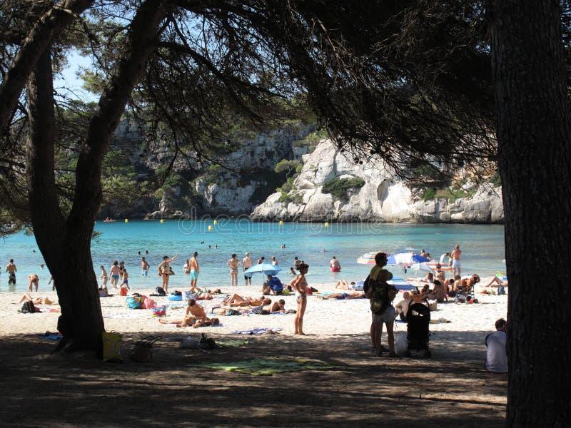 Cala Macarella海滩的游人 库存照片