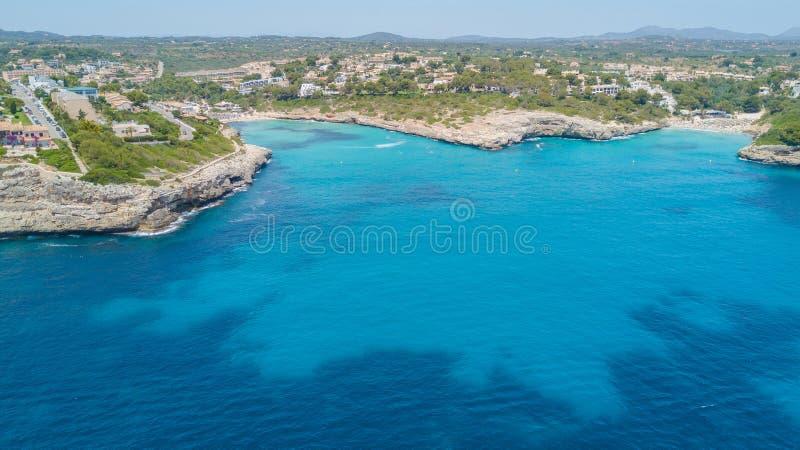 Cala Mandia和Anguila美丽的海湾的寄生虫空中风景与美妙的绿松石海,波尔图克里斯多,马略卡的 免版税库存图片