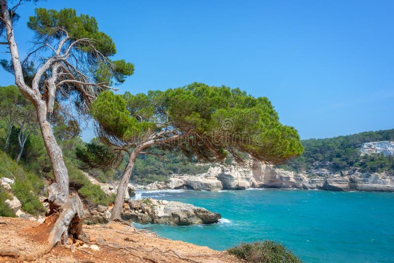 Cala Mitjana y Cala Mitjaneta en Menorca, Islas Baleares España fotografía de archivo