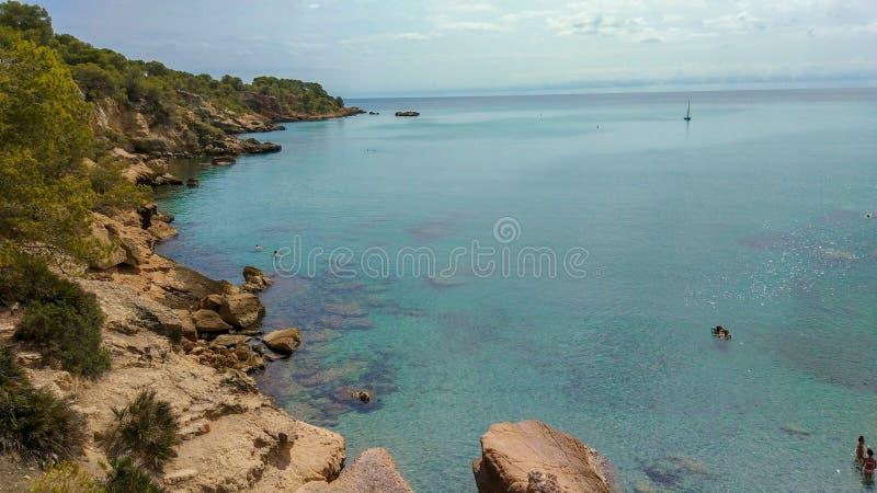 Cala natural con agua cristalina en el mediterráneo foto de archivo libre de regalías