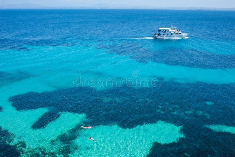 Cala Rosa baai op Eiland Favignana dichtbij Sicilië stock foto's