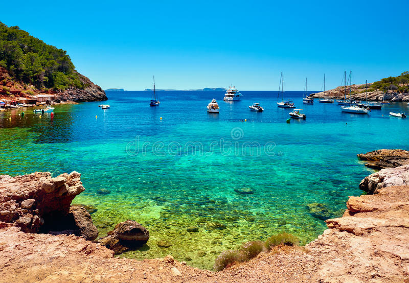 Cala Salada盐水湖 田园诗风景 Ibiza,巴利阿里群岛 西班牙 库存照片