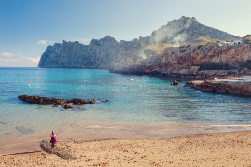 Cala Sant Vicenc si è formato da quattro beachs, fra loro brigantini a palo di Cala, immagini stock libere da diritti