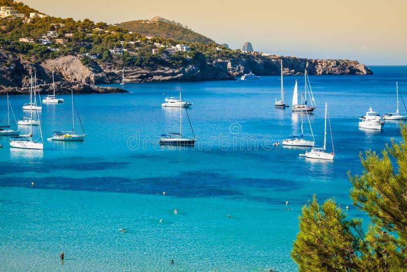 Cala Tarida en la playa San Jose de Ibiza en Balearic Island foto de archivo