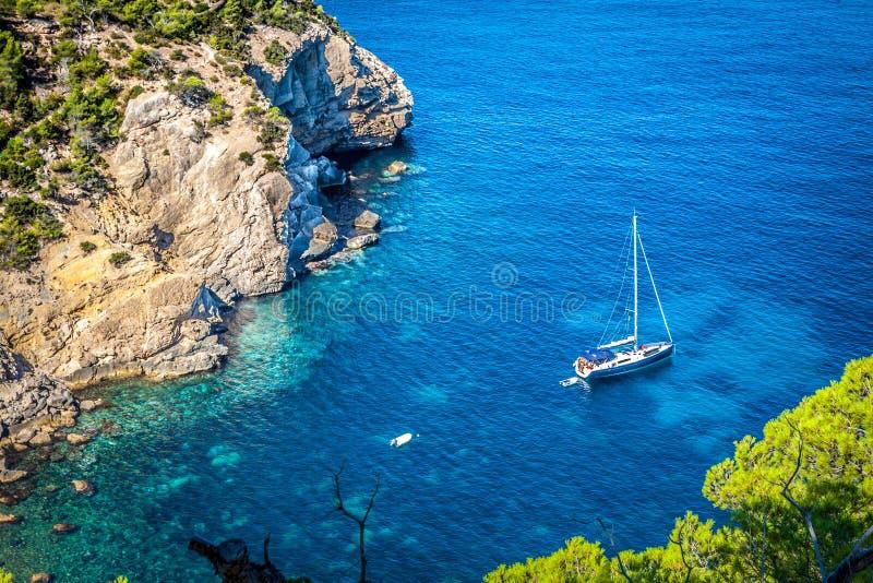 Cala Tarida en la playa San Jose de Ibiza en Balearic Island imagenes de archivo