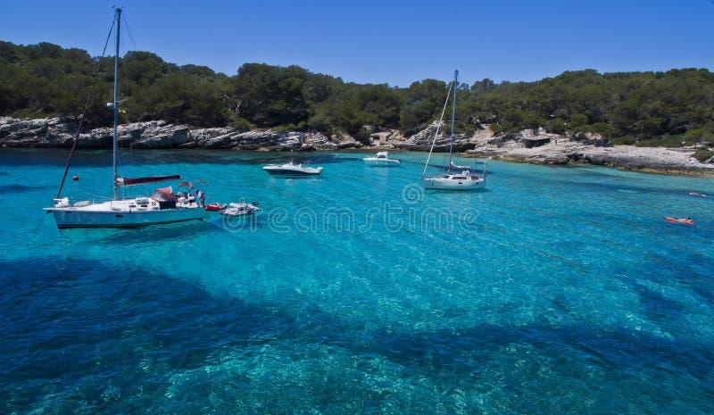 Cala turqueta, boten op water, Menorka Spanje; royalty-vrije stock fotografie