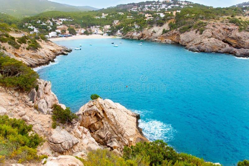 Cala Vadella en la isla de Ibiza con agua de la turquesa fotos de archivo