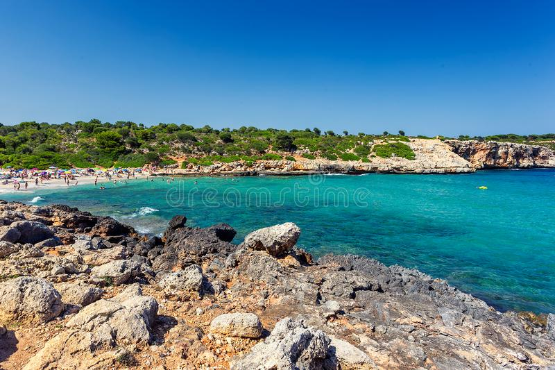 Cala Varques - συσσωρευμένη όμορφη παραλία με το τυρκουάζ νερό στη Μαγιόρκα στοκ εικόνα με δικαίωμα ελεύθερης χρήσης