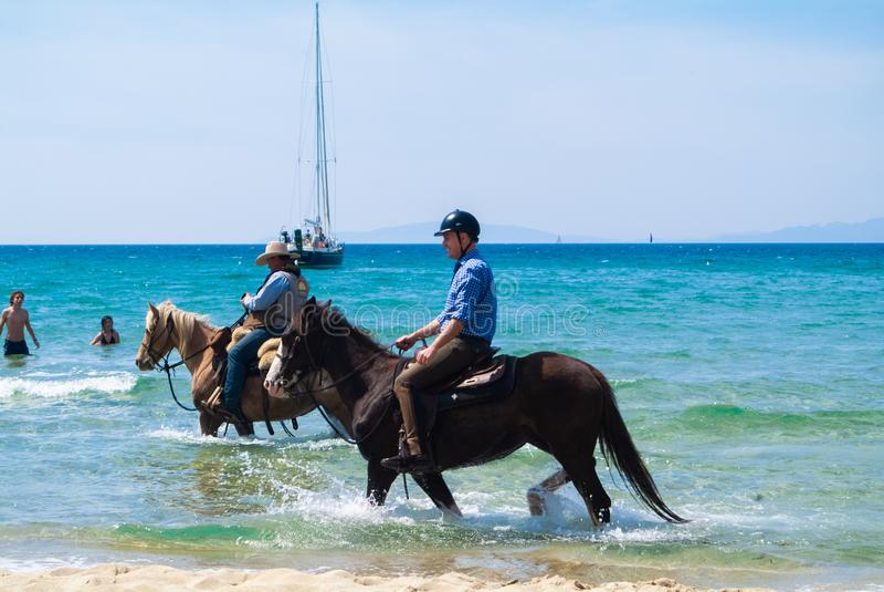 Cala Violina plaża Scarlino, Maremma Tuscany, Włochy Końska jazda przy zmierzchem na plaży zdjęcie royalty free
