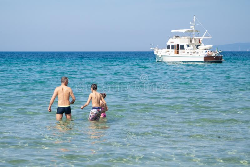 Cala Violina plaża Scarlino, Maremma Tuscany, Włochy Ludzie Ma zabaw? Przy pla?? zdjęcia stock