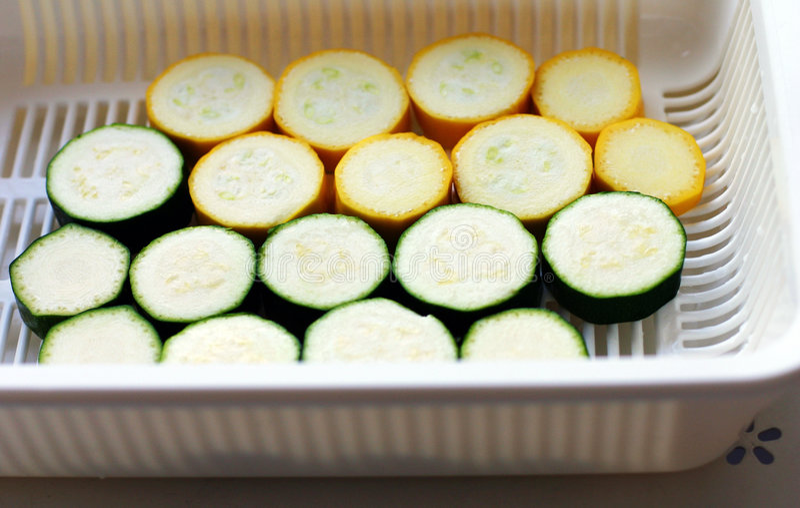 Calabacín amarillo verde rebanado foto de archivo