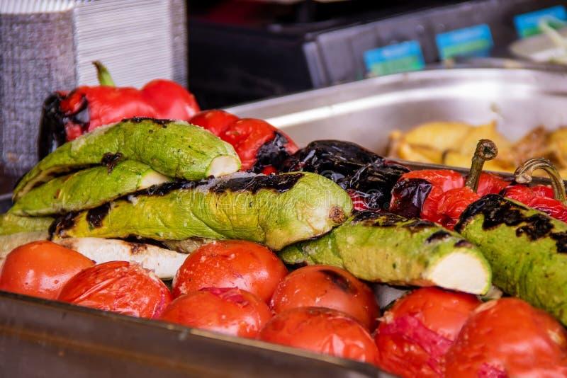 Calabacín cocido con cocina vegetariana asada a la parrilla de los tomates foto de archivo