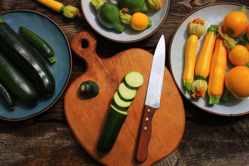Calabacín de la variedad, calabaza en un fondo de madera, visión superior Concepto vegetariano de la comida de la dieta Cocinar l foto de archivo