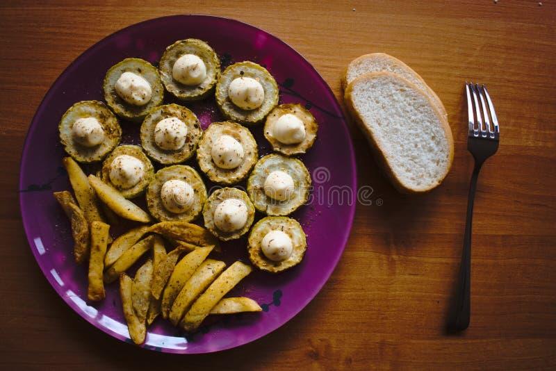 Calabacín frito con el condimento y la mayonesa imagenes de archivo