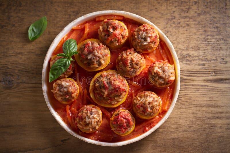 Calabacín relleno con la carne, el arroz y las verduras en salsa de tomate Calabac?n cargado imagenes de archivo