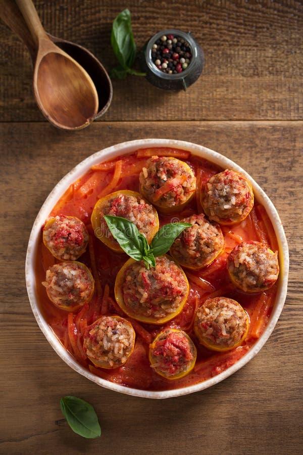 Calabacín relleno con la carne, el arroz y las verduras en salsa de tomate Calabac?n cargado foto de archivo libre de regalías