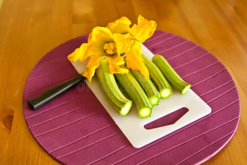 Calabacín verde con las flores foto de archivo libre de regalías