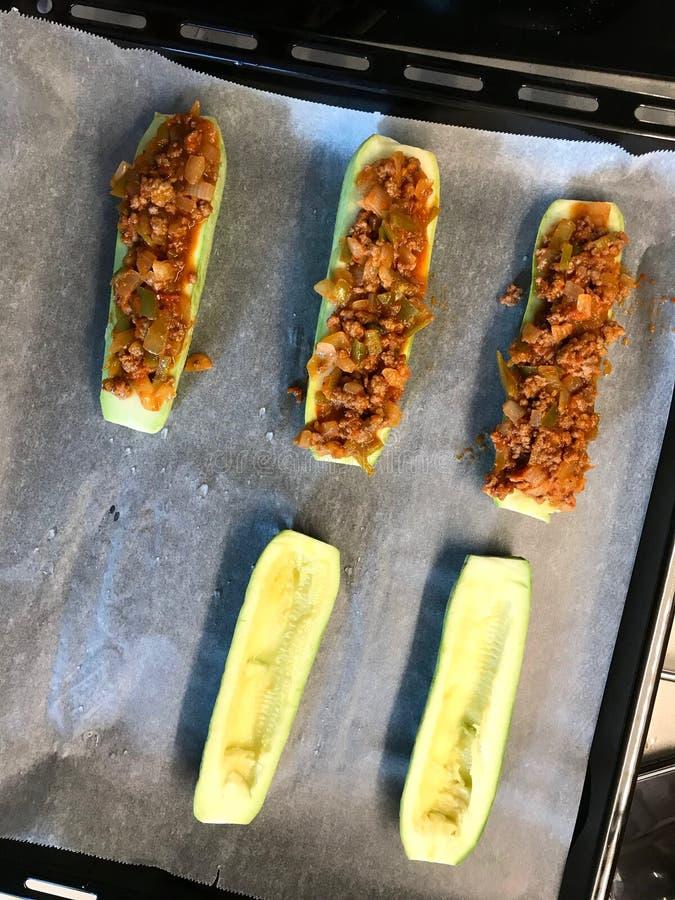 Calabacines cocidos del calabacín rellenos con queso y eneldo fotos de archivo libres de regalías