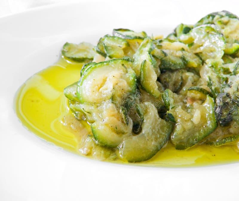 Calabacines cocinados con aceite y cebollas de oliva. fotos de archivo