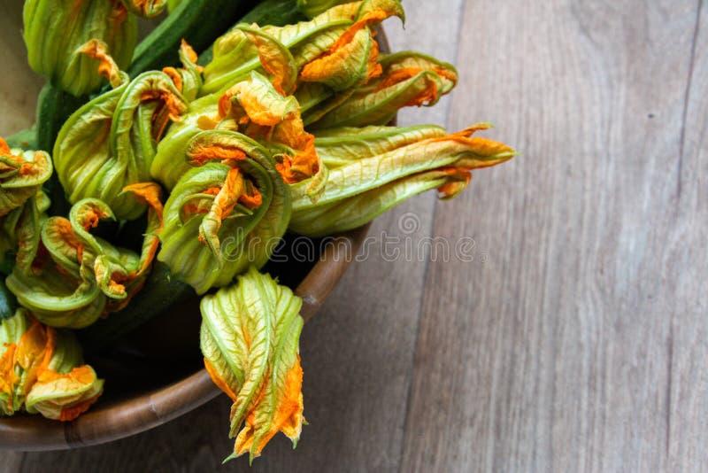 Calabacines con su flor fotos de archivo