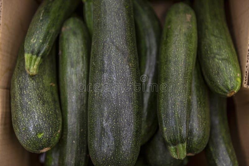 Calabacines del calabacín en una caja en un supermercado Primer foto de archivo