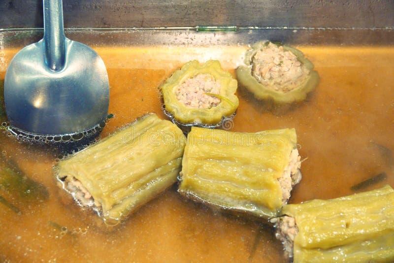 Calabaza amarga rellena con la sopa picadita sazonada del cerdo fotografía de archivo