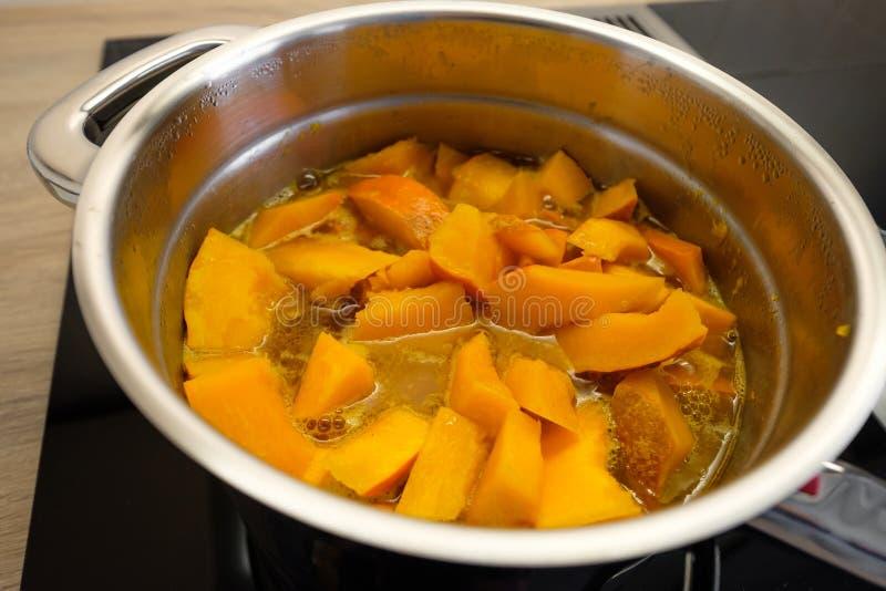 Calabaza anaranjada de Hokkaido en un pote de cocinar fotos de archivo libres de regalías