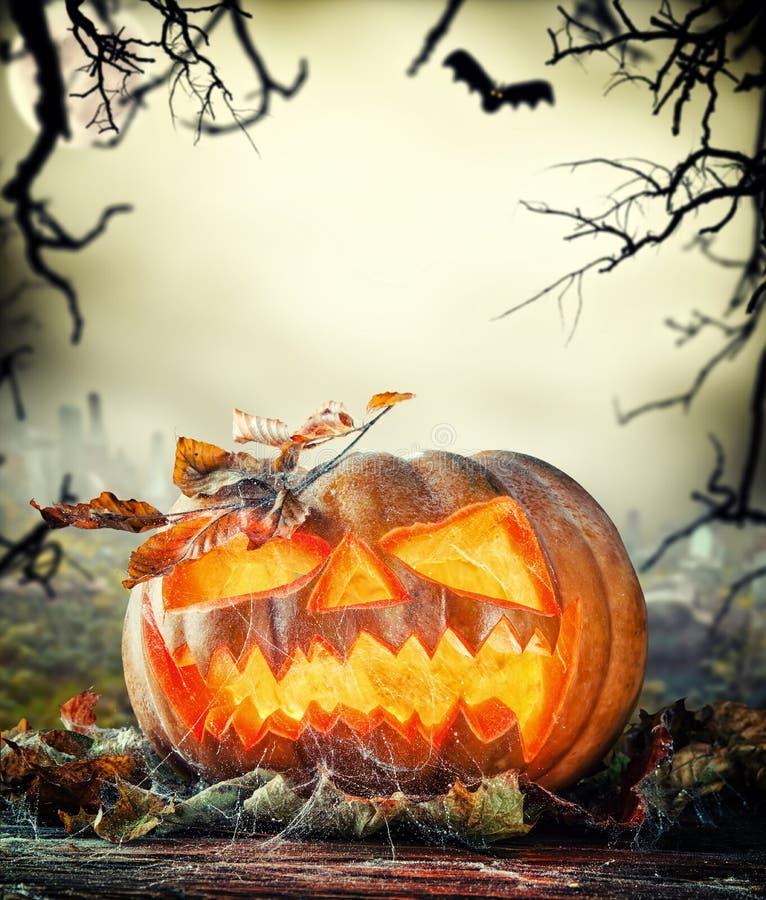 Calabaza asustadiza de Halloween con el fondo del horror imagen de archivo