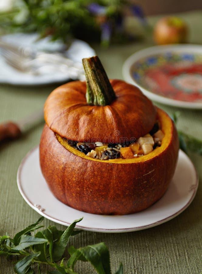Calabaza cocida al horno con el relleno del arroz y de las frutas fotografía de archivo libre de regalías