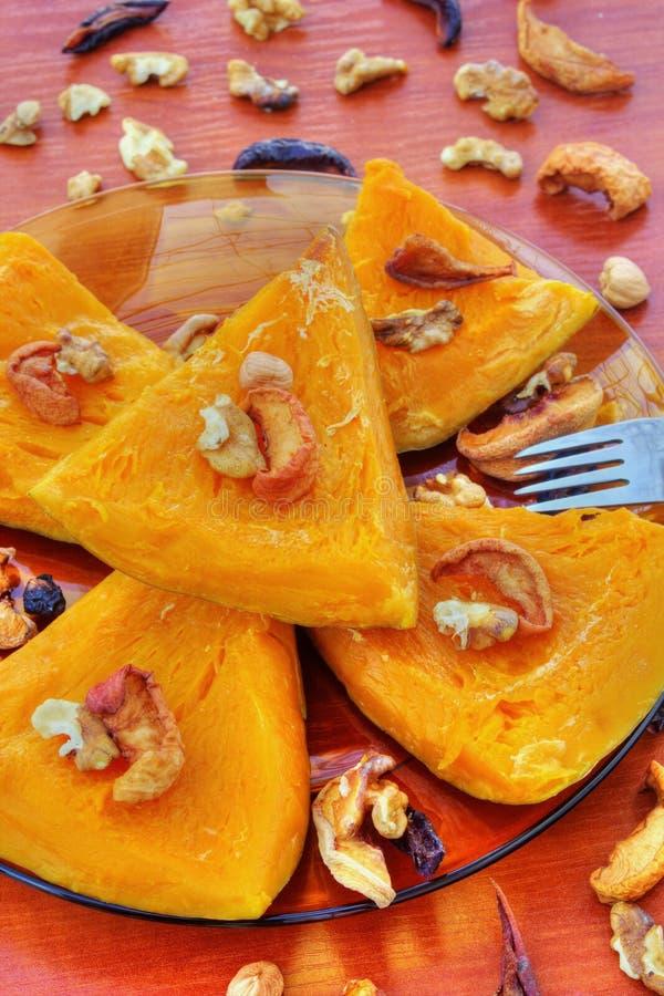 Calabaza cocida con las frutas y las nueces secadas fotografía de archivo
