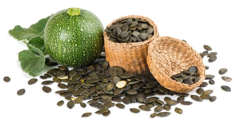 Calabaza con las semillas de calabaza en una cesta imágenes de archivo libres de regalías